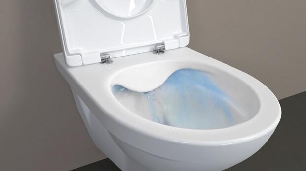 Pulire il bagno bianco interno con lavello rubinetto lavabo